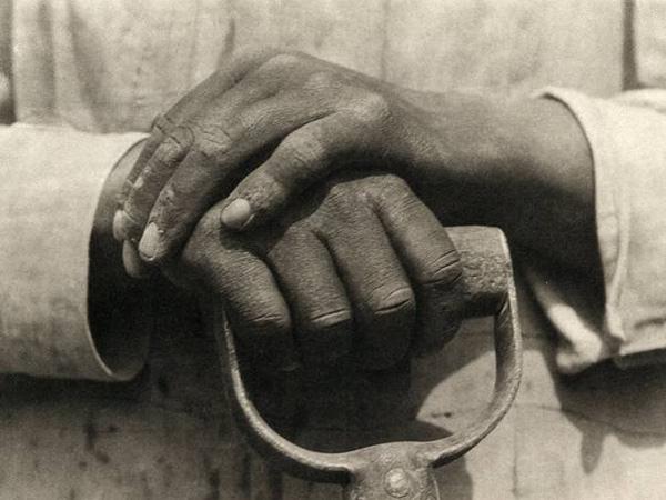 "Tina Modotti, ""Manos reposando en una pala"", (1926)"
