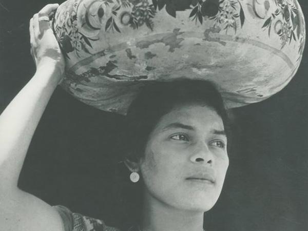 "Tina Modotti ""Mujer de Tehuantepec (acarreando Jicapexle)"", (1929)"