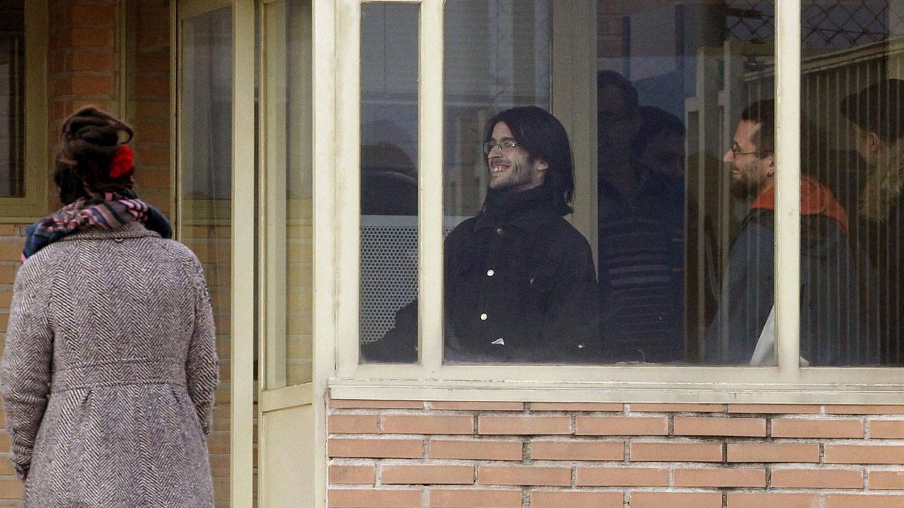 Los titiriteros Raúl García (d) y Alfonso Lázaro (c) a su salida de prisión