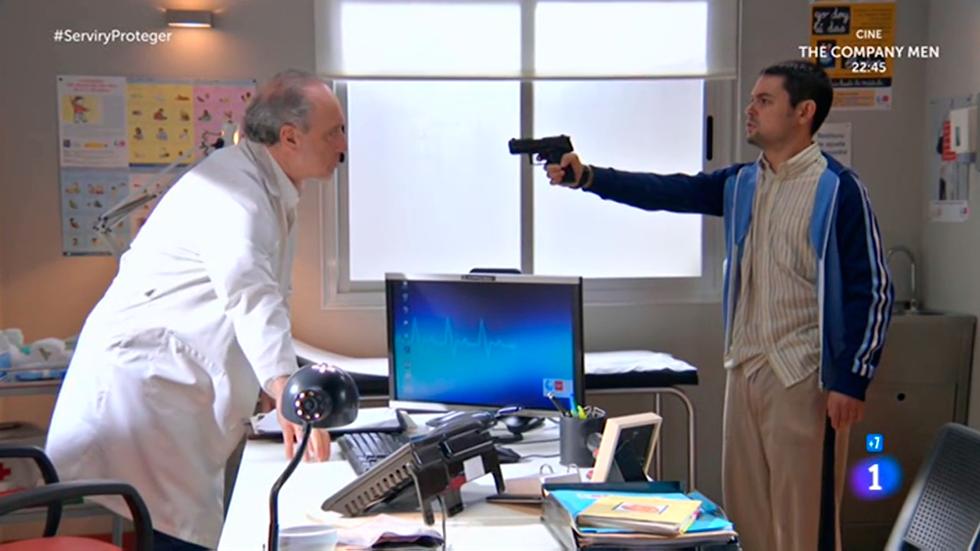 Servir y proteger - Tobías amenaza a Antonio con una pistola