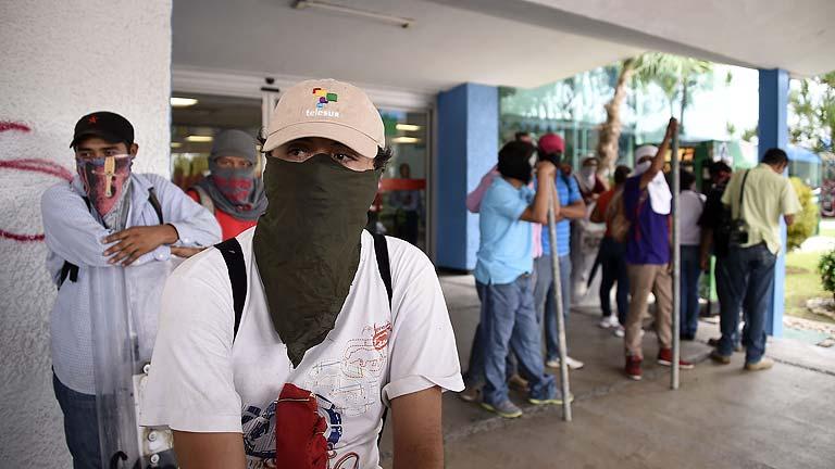 Cientos de manifestantes toman el aeropuerto de Acapulco en protesta por las desapariciones