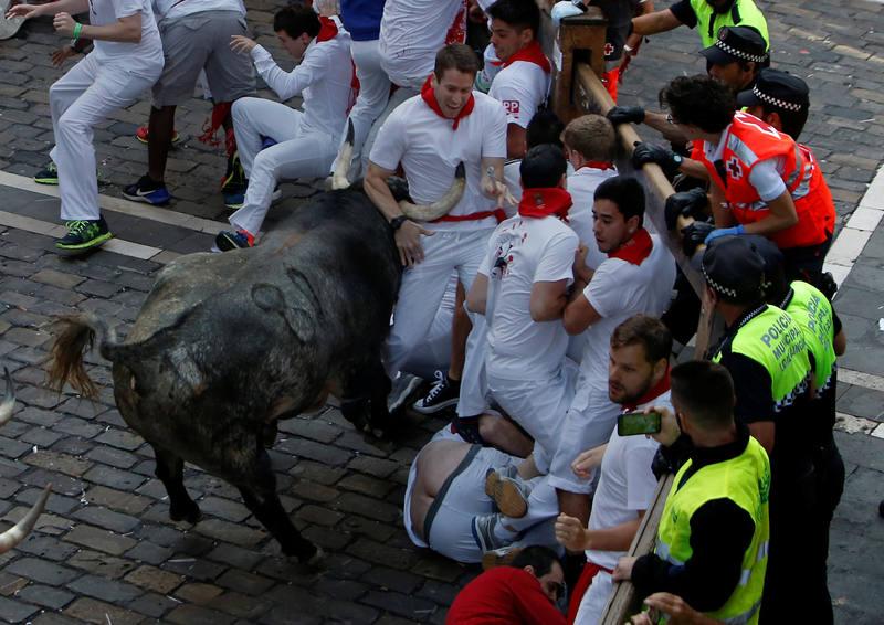 Uno de los tres toros cárdenos que ha corrido en el encierro ha dejado tres heridos por asta