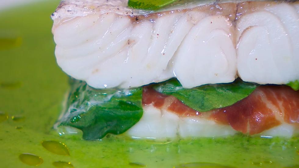Receta de merluza rellena con salsa verde - Cocinar merluza en salsa ...