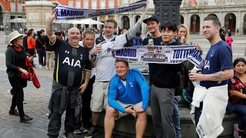 Ir al VideoEl Tottenham llega con más de 4.000 aficionados