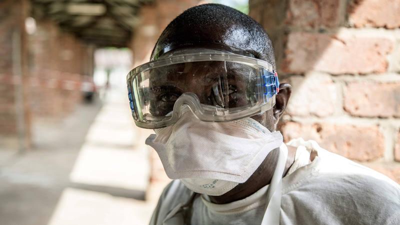 Trabajador sanitario fotografiado en el hospital de Bikoro, en República Democrática del Congo.
