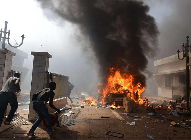 Tras irrumpir en la sede parlamentaria, los manifestantes han destruido el mobiliario.