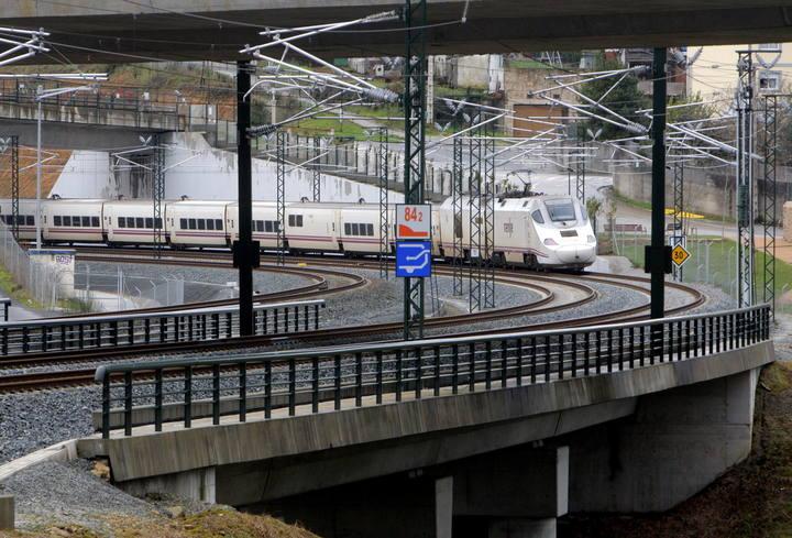 Un tren Alvia a su paso esta mañana por la curva de A Grandeira, en las proximidades de Santiago