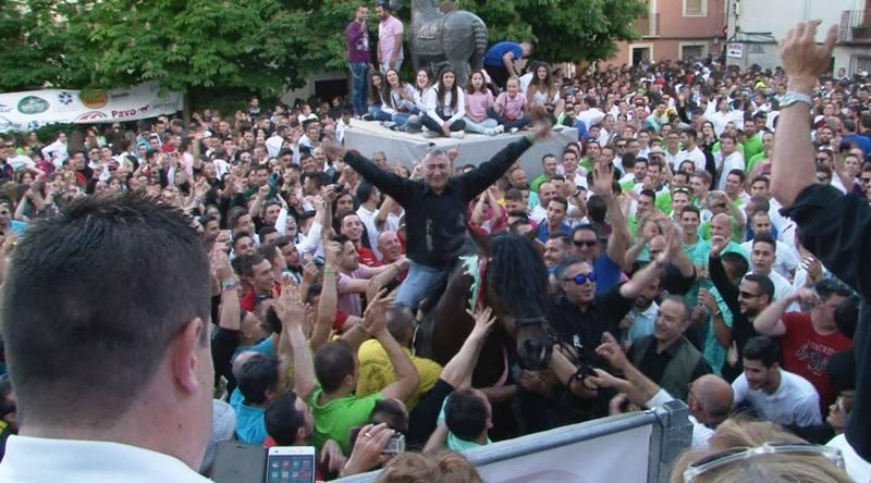 Tres mil peregrinos acuden cada día a Caravaca de la Cruz, en Murcia, donde casi todos los vecinos tienen un caballo y donde la tradición se mezcla con la leyenda