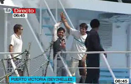 Los tripulantes se felicitan en Puerto Victoria