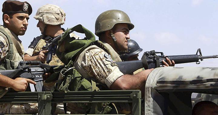 Tropas de las Fuerzas Armadas libanesas combaten en la frontera con Siria