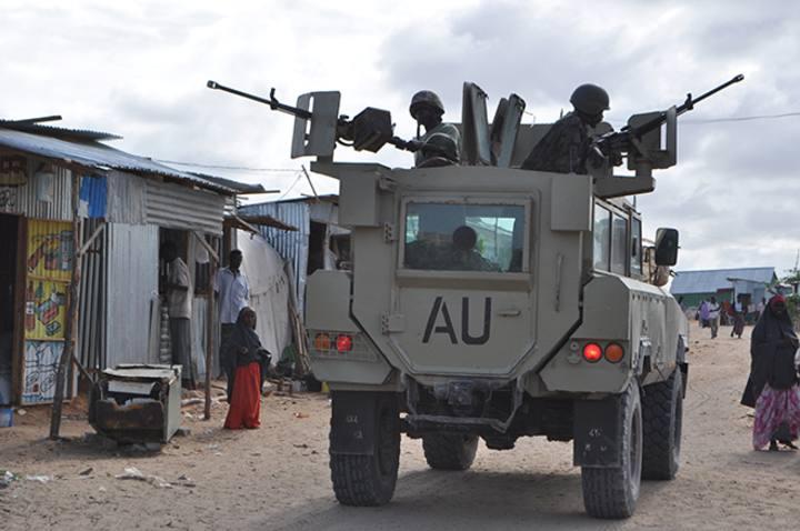 Tropas de la Unión Africana patrullan en un campamento de desplazados en Mogadiscio en junio de 2012.