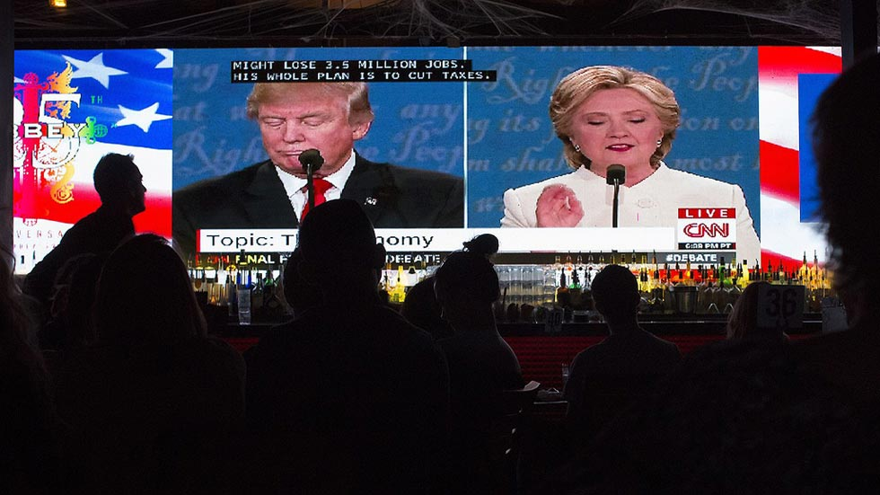 """Trump y Clinton repiten sus lemas en el """"minuto de oro"""" del tercer debate"""