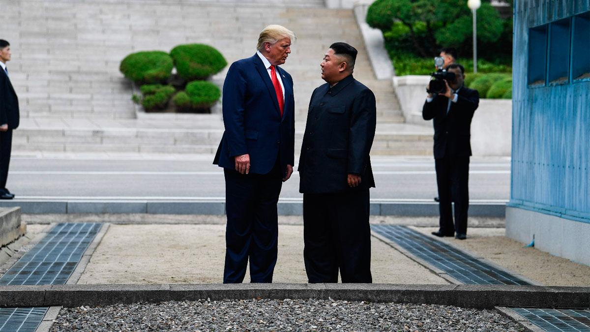 Ir al VideoTrump y Kim Jong-un se saludan en la frontera entre las dos Coreas