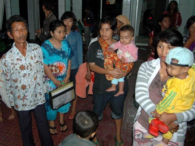 Un tsunami y un volcán causan decenas de muertos en Indonesia