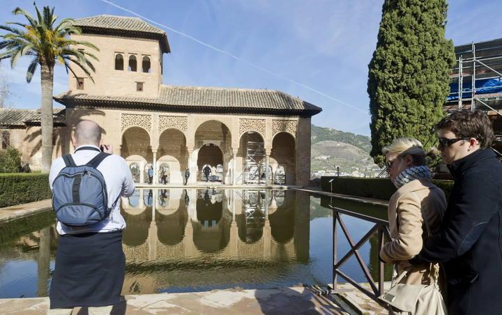 Turistas visitan la Alhambra en Granada