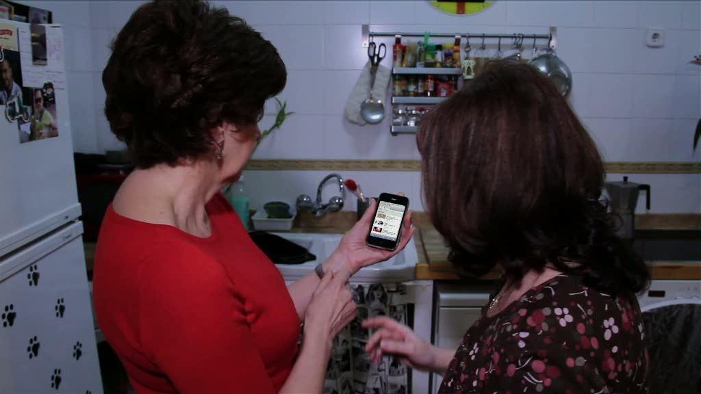 """Tutoriales a la carta: Señoras que usan el móvil para ver """"A la carta"""""""