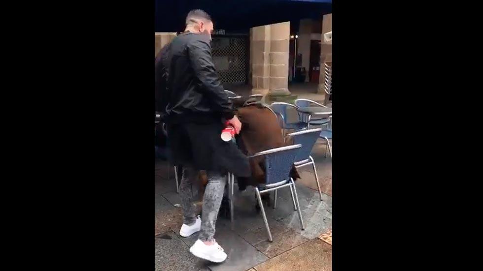 Un ultra del betis agrede brutalmente a un hombre en for Cerrajeros bilbao 24 horas