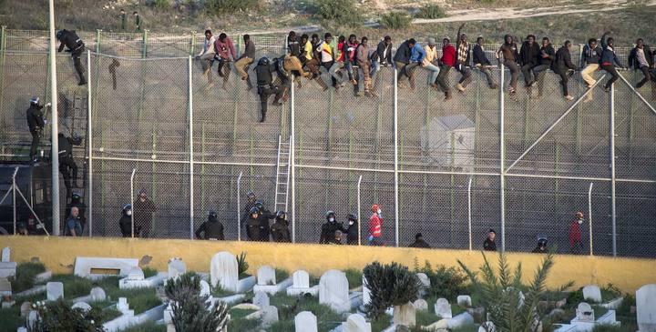 Unos 400 inmigrantes subsaharianos intentaron saltar la valla de Melilla el miércoles 22 de octubre.