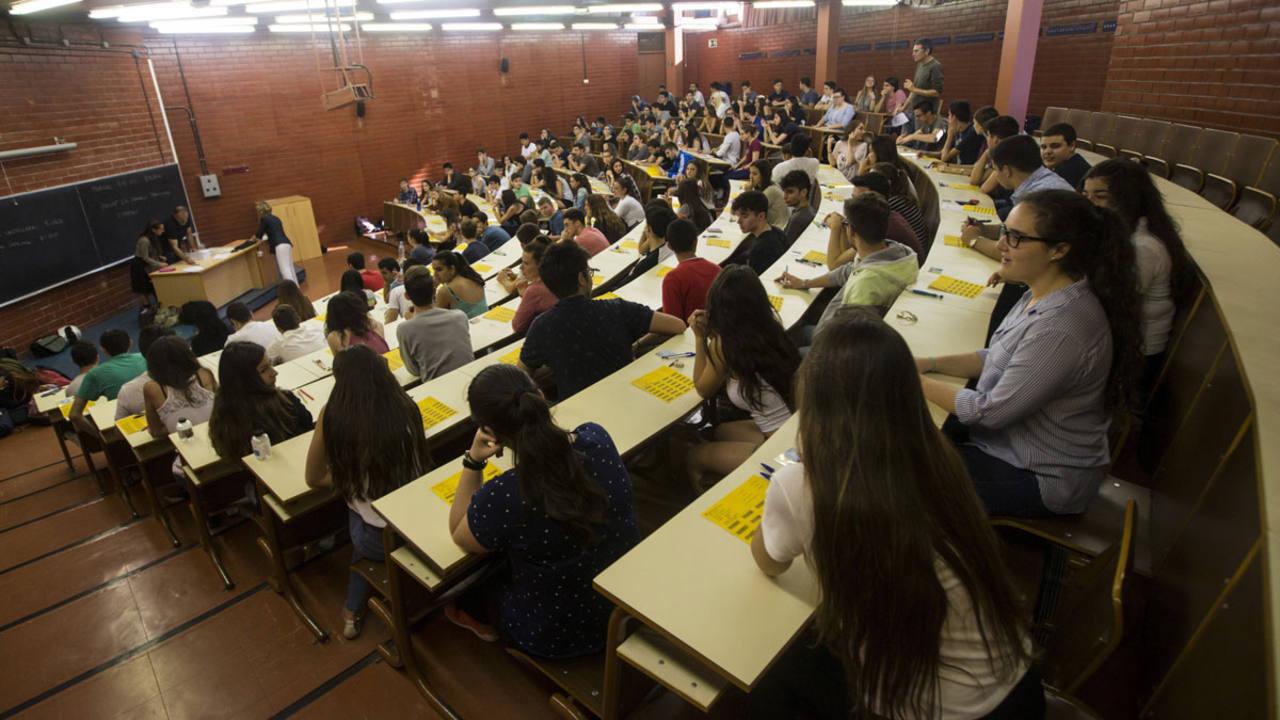 Unos estudiantes en la Facultad de Biología de la Universidad de Barcelona antes de empezar el examen de las pruebas de acceso a la universidad