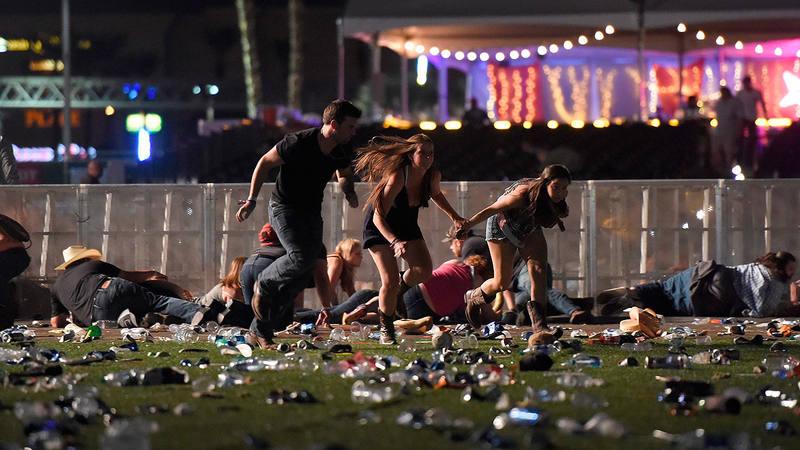 Unos jóvenes corren huyendo de los disparos en un concierto en Las Vegas