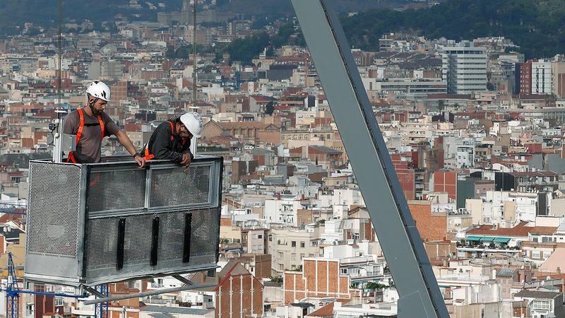 Unos trabajadores en la Sagrada Familia de Barcelona