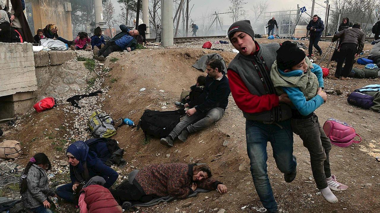 Varias personas afectadas por los gases lacrimógenos en la frontera entre Grecia y Macedonia, el 29 de febrero de 2016. AFP / LOUISA GOULIAMAKI