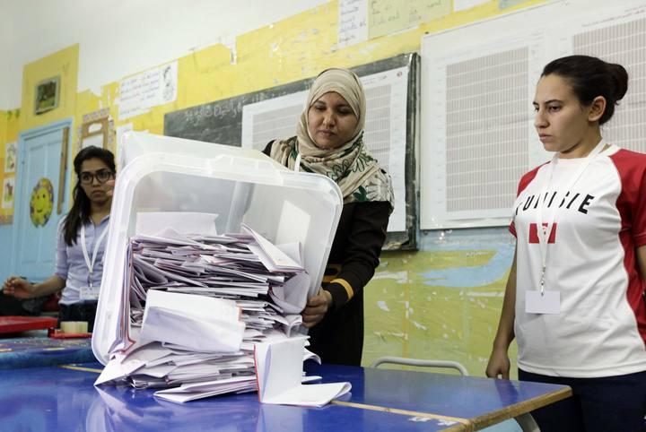 Varias personas cuentan las papeletas durante las elecciones parlamentarias en Túnez.