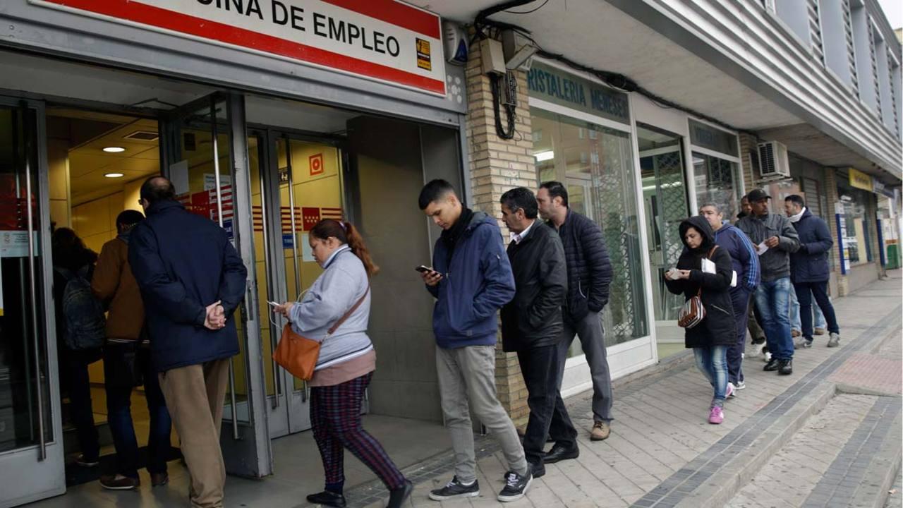 Varias personas entran en una oficina de empleo de Madrid