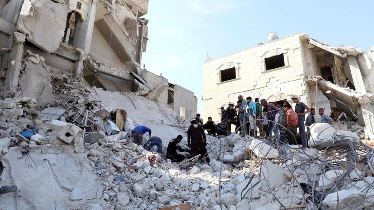 Varias personas intenta buscar supervivientes tras los bombardeos en la región de Idlib