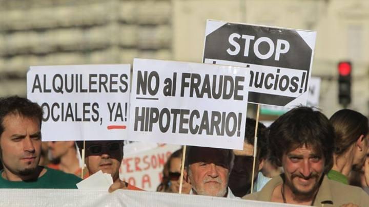Varias personas protestan contran los desahucios.