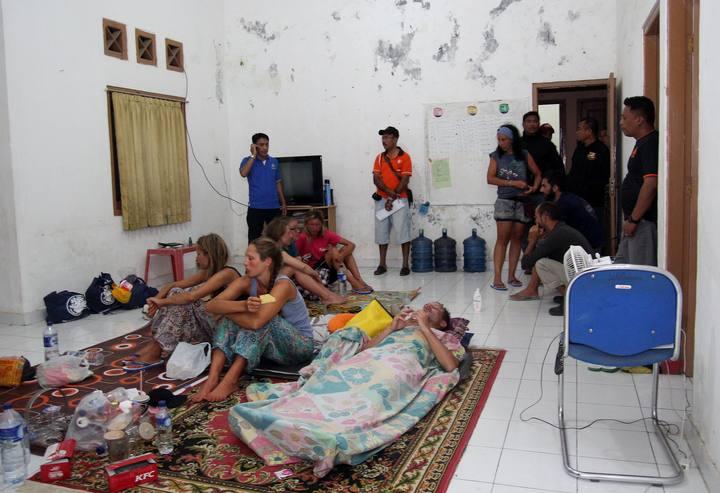 Varias de las personas rescatadas descansan en una casa en la ciudad indonesia de Bima.