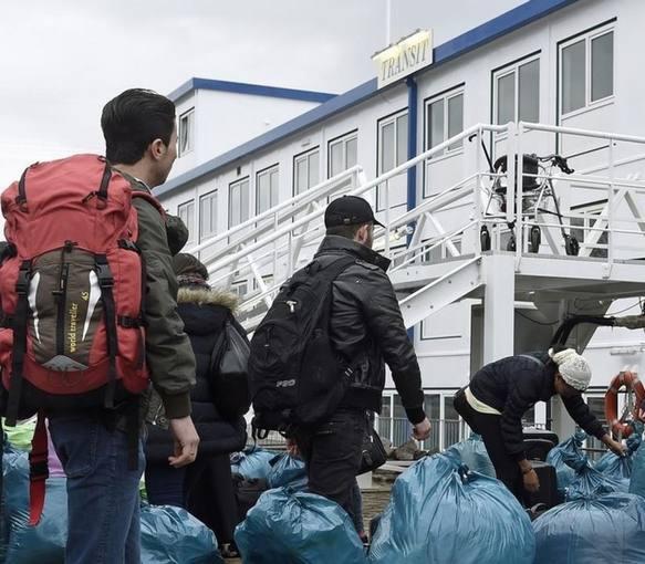Varios inmigrantes en la recepción del puerto de Hamburgo