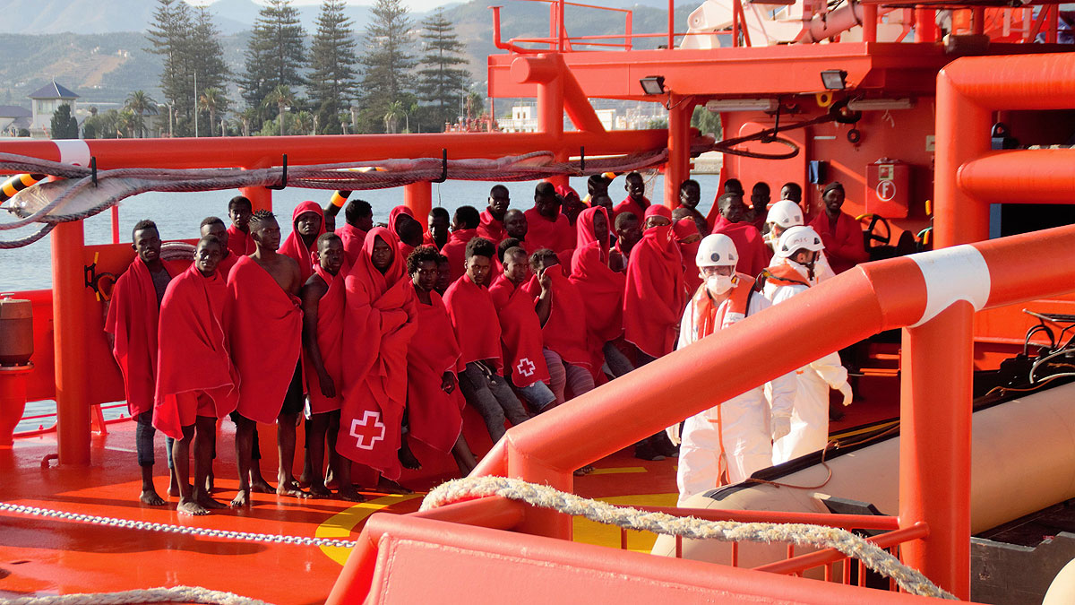 Varios de los inmigrantes rescatados a su llegada al puerto de Motril