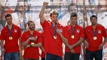 Ir al VideoVarios miles de aficionados vibran con los campeones de Europa en Madrid
