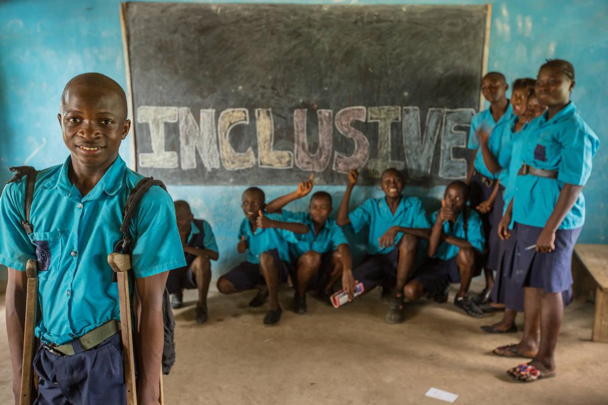 Varios niños apoyan la inclusión de los discapacitados en un colegio de Plan Internacional en Sierra Leona