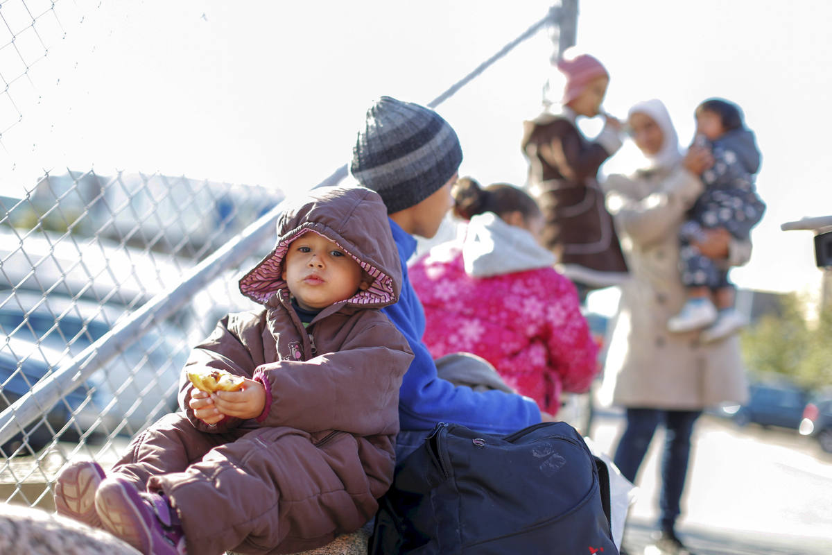 Varios pasajeros, entre ellos refugiados, bajan del ferry que viaja de Alemania al puerto de Gotemburgo