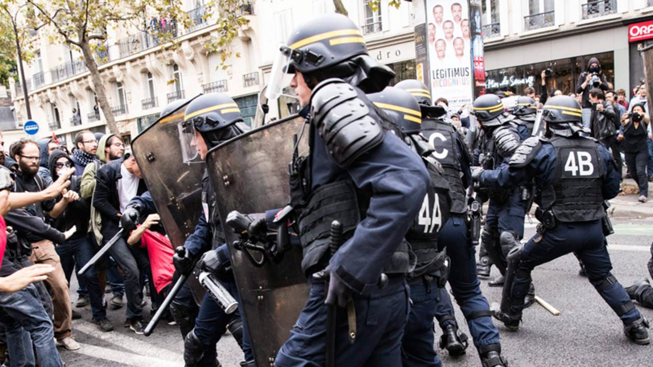 Varios policías se enfrentan con los manifestantes durante una protesta contra la reforma laboral en París, Francia