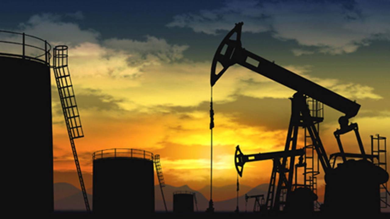 Varios pozos de petróleo al atardecer