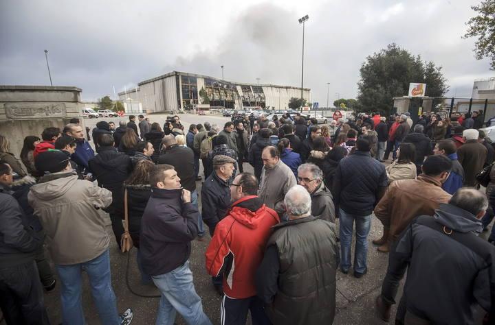 Varios trabajadores de Campofrío en el exterior de la planta quemada