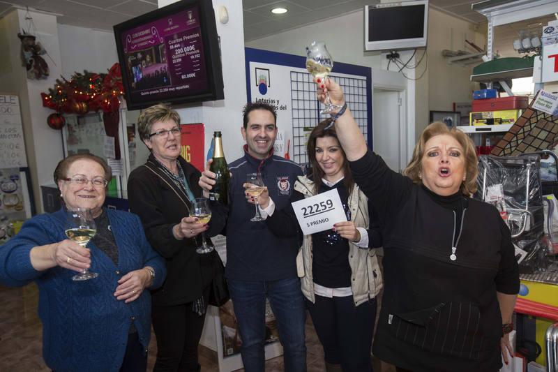 La vendedora de un quinto premio de la loteria de navidad, el número 22259