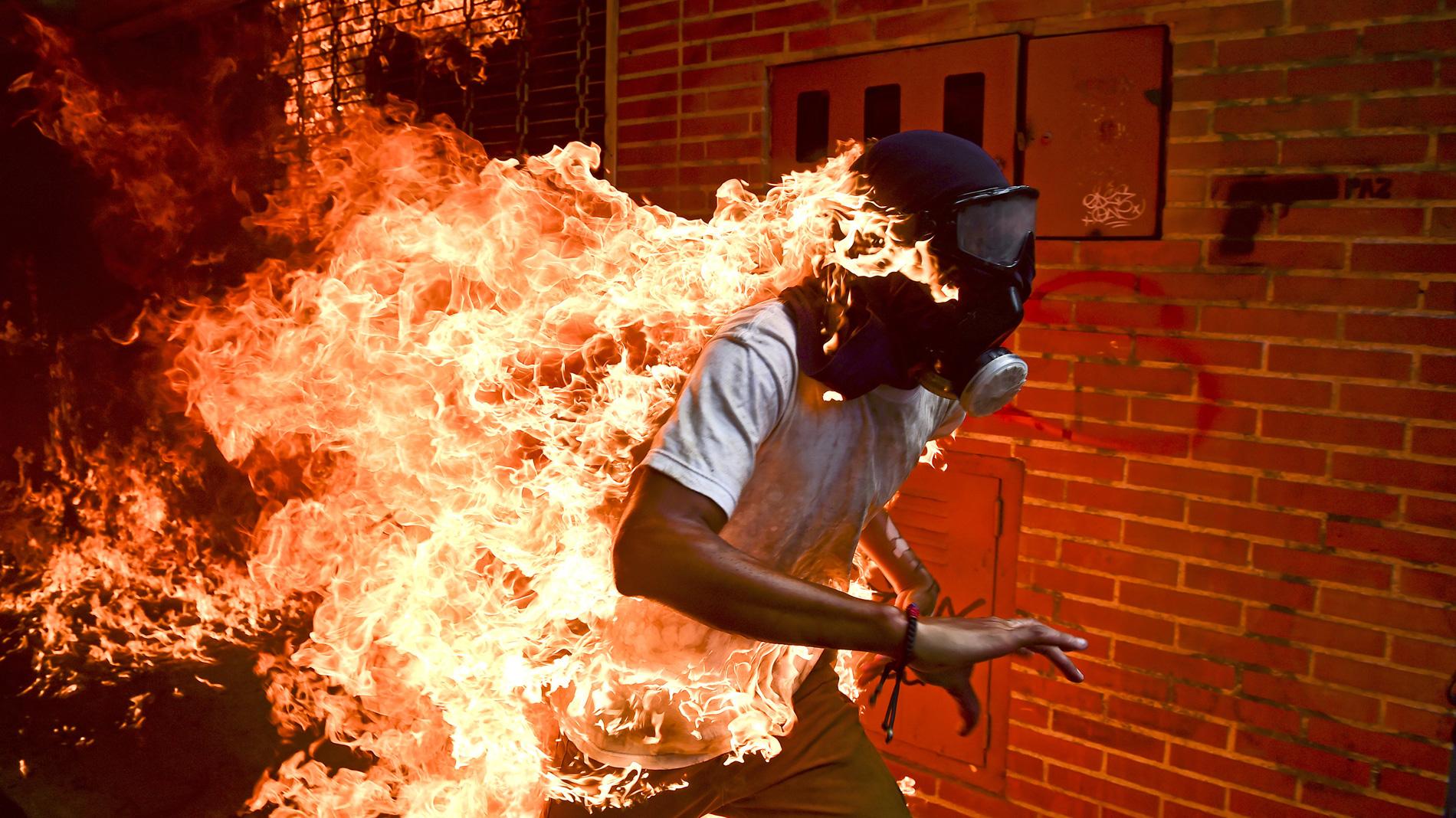 Ir al VideoEl venezolano Ronaldo Schemidt recibe el World Press Photo por una imagen de unos disturbios en Caracas