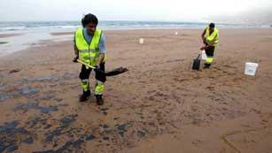 En Asturias, media docena de playas están cerradas por un vertido de fuel