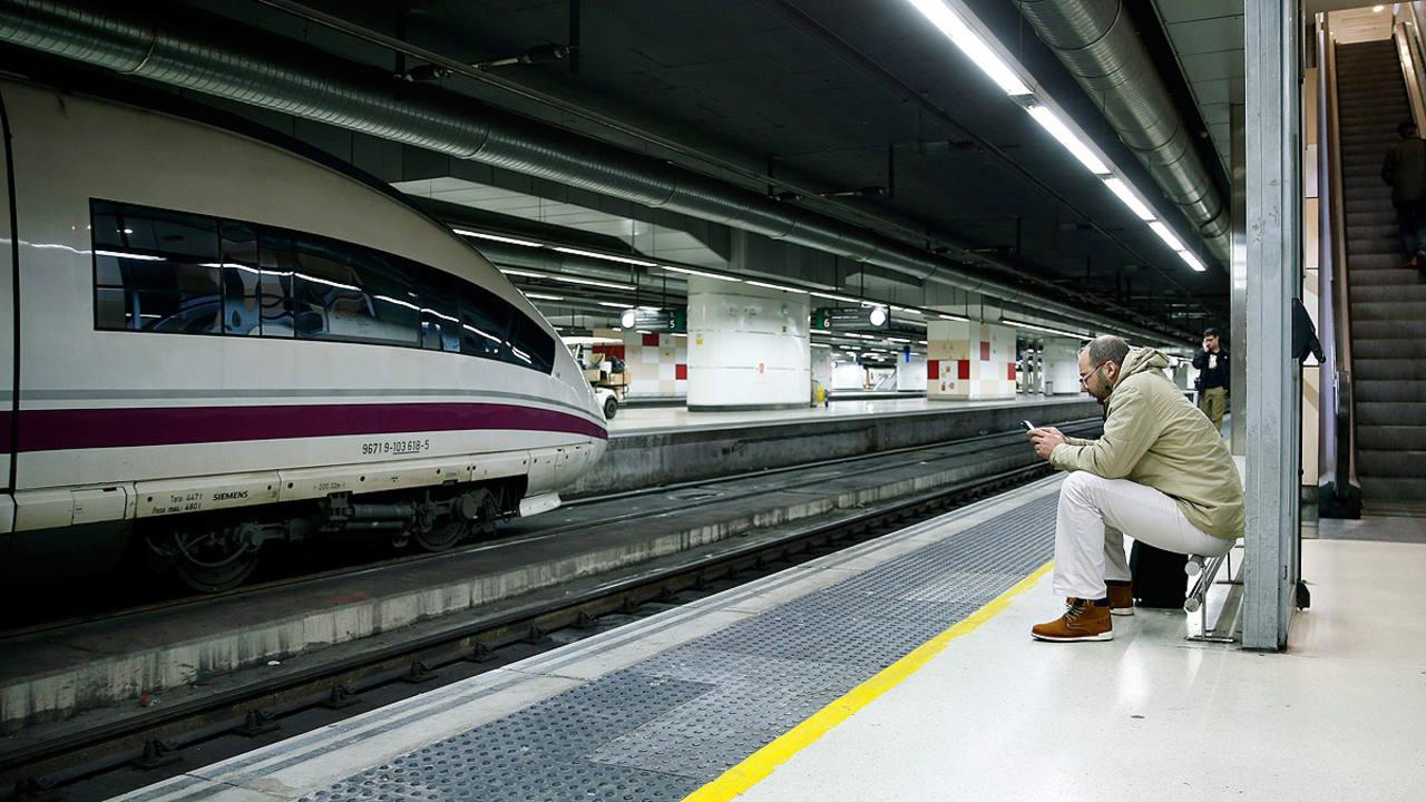 Un viajero espera en un anden de la estación de Sants de Barcelona