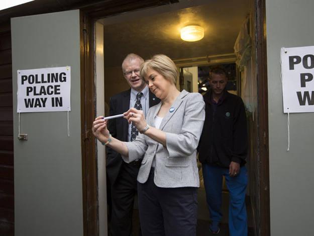 La viceministra principal de Escocia, Nicola Sturgeon, abandona un colegio electoral