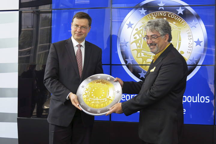 El vicepresidente de la CE para el Euro, Valdis Dombrovskis, junto al ganador del concurso impulsado por la Comisión para elegir una moneda conmemorativa, George Stamatopoulos (Banco de Grecia)
