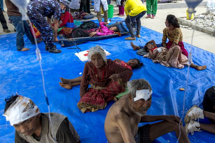Las víctimas del terremoto de Nepal reciben tratamiento al aire libre, en Dhading Besi.