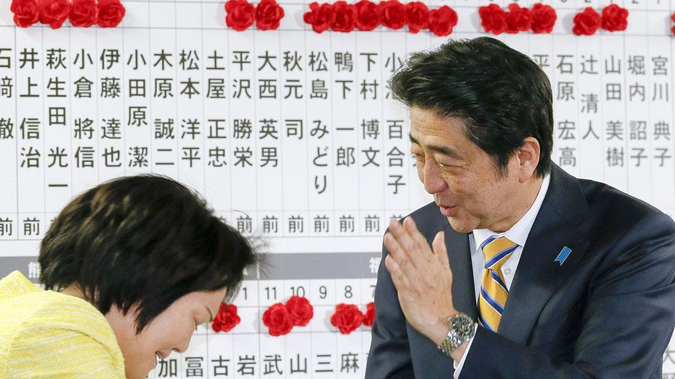 El primer ministro Abe gana con holgura las elecciones en Japón