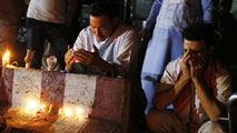 Ir al VideoVigilia por los más de 80 muertos en el atentado del EI en Kabul
