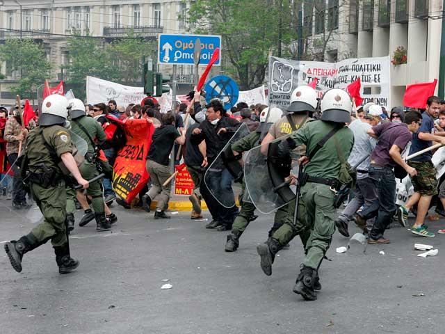 Enfrentamientos entre los manifestantes y la Policía durante la huelga general en Grecia