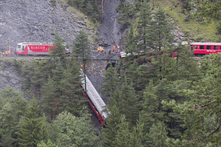 Vista aérea del tren suizo siniestrado cerca de Tiefencastel